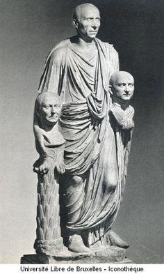 TOGATUS BARBERINI / 1er s AC/ patricien en toge blanche avec des bandes sur le bord (indication rang social) et tronc de palmier à côté de la jambe portante/ tient des portraits réalistes en plâtre des défunts de sa famille