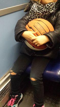 Une princesse rock et sport dans le métro