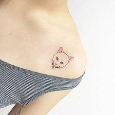 Small cat with choker tattoo on the shoulder. Artista Tatuador: Banul