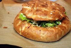 "Direct na de eerste hap van dit gevulde Turkse brood keken Johan en ik elkaar aan: ""Wauw! Wat is dit lekker!"", riepen we in koor. Dutch Recipes, Cooking Recipes, Cooking For Dummies, Lunch Buffet, Good Food, Yummy Food, Savory Snacks, Wrap Sandwiches, High Tea"