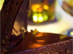Receita de Fondant de Chocolate e Tangerina - 200 gramas de chocolate amargo com o mínimo de 64% de cacau, 200 gramas de manteiga pura cortada em cubinhos, 140 gramas de açúcar, 5 claras e 5 gemas, 90 gramas de amêndoas sem pele tostadas, Raspas da casca de uma clementina, ou de outra tangerina pequena, no máximo 1 colher de chá para não sobressair (use orgânica), 1 pitada de flor de sal, 1 colher de sopa de extrato natural de baunilha, Ganache, 250 gramas de chocolate amargo, 250 gramas de creme de leite fresco, 1 fava de baunilha, 1/2 colher de chá de cognac (opcional), 100 gramas de manteiga