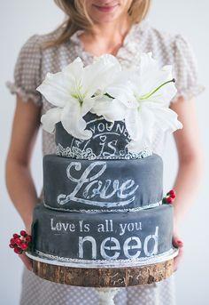 Свадебный торт с эффектом меловой доски. A hot new trend : chalkboard Wedding Cakes.