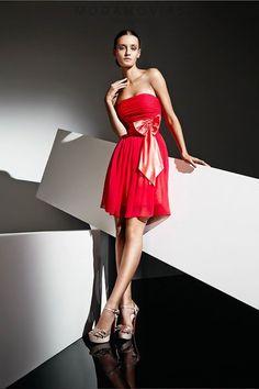 Vestido de fiesta corto E-1116 de gasa ideal para cóctel con lazo y escote palabra de honor. Disponible en color rojo. #modanovias #vestidos #boda #vestidosdefiesta #fiesta Más fotos en: http://www.modanovias.es/vestidos-fiesta/e-1116.html