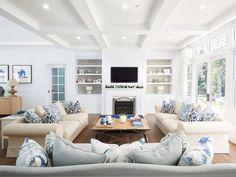 Przestronny salon z kominkiem i białym sufitem z drewna