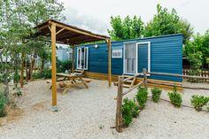 Mobil Home de alquiler en el camping situado en la Costa Dorada. Shed, Outdoor Structures, Cabin, Navy, House Styles, Home Decor, Style At Home, Camper Van, El Dorado