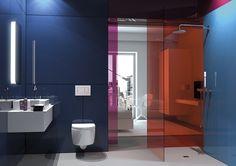 Cuarto de baño con cristaleras de color