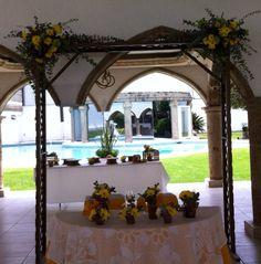 Puedes homogeneizar los elementos florales de todos los aspectos de tu boda, o incluso mezclar distintos tipos de flor.