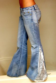 Diy Jeans, Jeans Denim, Holey Jeans, Look Hippie Chic, Hippie Style, Diy Clothing, Sewing Clothes, Look Fashion, Diy Fashion