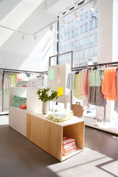 light and airy retail space Retail Interior, Home Interior, Interior Architecture, Design Commercial, Commercial Interiors, Visual Merchandising, Store Layout, Store Interiors, Retail Space