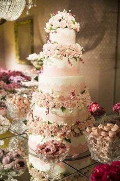 Festa clássica: bolo branco e rosa