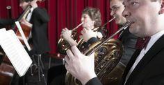 Quais são os cinco grupos gerais de instrumentos musicais?. Instrumentos musicais ocidentais podem ser classificados em cinco categorias amplas: de cordas, de sopro feitos de madeira, percussão, teclados e metais. Dependendo da música sendo tocada, um tipo de instrumento será mais ou menos proeminente do que outros. Por exemplo, uma banda de jazz pode ter mais metais e percussão, enquanto uma orquestra ...