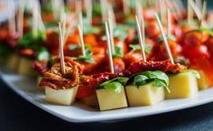 Koreczki z żółtym serem, suszonymi pomidorami i bazylią