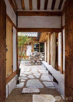 한옥이 다시 대중에게 관심을 받기 시작한 것은 불과 10~20년 전의 일이다. 이 시절의 도시 한옥은 옛 모습을 그대로 재현해놓은 듯한 형태가 대부분이었다. 하지만 한옥이 천천히 발전하며 시대를 품어왔다면 어땠을까? 최근 오픈한 한옥 호텔 '혜화 1938'에서 그 해답을 찾을 수 있었다. Traditional Interior, Contemporary Interior Design, Traditional House, Home Interior Design, Interior Architecture, Japanese Home Design, Japanese House, Asian House, Entry Hallway