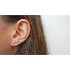 """Clous d'oreilles en forme de """"ligne"""" simple et graphique."""