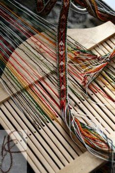 liten fugl...: Grindvevsband til bunad Loom, Weaving, Band, Loom Knitting, Bands, Loom Weaving, Hand Spinning, Orchestra, Fabric Frame