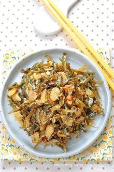 멸치마요네즈 볶음~ 강레오 멸치볶음 강레오 쉐프 의 멸치볶음은 빠삭빠삭하지않고, 먹기좋게 부드럽다고 ... Korean Side Dishes, Spicy Recipes, Asian Recipes, Easy Cooking, Cooking Recipes, A Food, Food And Drink, Korean Food, Food Plating