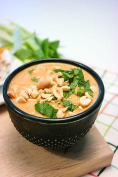 Lag din egen peanøttsaus på en-to-tre! Fodmap, Food Inspiration, Thai Red Curry, Vegan Dinners, Vegetarian Recipes, Good Food, Food And Drink, Soup, Eat