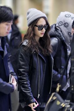 korean airport fashion and casual wear Krystal f(x) Korean Airport Fashion, Asian Fashion, Fashion Line, Daily Fashion, Blackpink Fashion, Fashion Poses, Krystal Jung Fashion, Grunge, Hipster