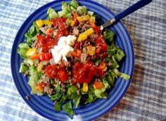 If you are looking for a lighter Cinco de Mayo meal, try this vegetarian taco salad. Instead of ground beef or grilled chicken, this recipe calls for soyrizo. You should be able to find it in your local grocery store or health foods store. Veggie Recipes, Mexican Food Recipes, Salad Recipes, Diet Recipes, Vegetarian Recipes, Healthy Recipes, Veggie Meals, Vegetarian Taco Salad, Taco Salat