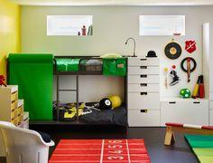 Ein Jugendzimmer mit TUFFING Etagenbettgestell und weißer Aufbewahrung