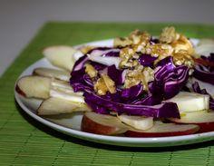 Insalata di mele, finocchi, cavolo rosso e noci un'insalata ottima per accompagnare grigliate di carne e piadine o come piatto unico per un pranzo veloce.