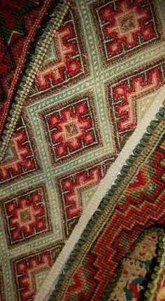 Kvale beltestakkskjorte Folk Costume, Costumes, Hardanger Embroidery, Cross Stitch Designs, Folklore, Fiber Art, Bohemian Rug, Rugs, Party