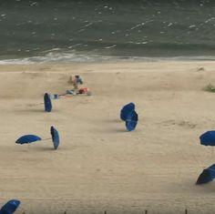 No es exactamente el clima ideal para estar en la playa: las rachas de viento causan unas cuantas quejas sobre el clima. Mira cómo las fuertes ráfagas se llevan las sombrillas de la playa en medio de una danza casi de ballet, arrastrándolas por la orilla como si fueran polvo del desierto. #tormenta #viento #peligro #sombrillas #arena #playa #despegue #mar http://www.pandabuzz.com/es/video-del-dia/fuertes-rachas-viento-playa-sombrilla