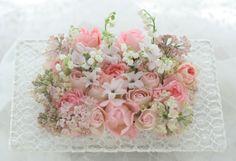 桜色のリングピロー スズランの花に : 一会 ウエディングの花 生花 レースフレーム