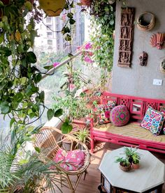Ein Balkongarten in Mumbai: Terrace Reveal - Ariyo - Kleiner Balkon Ideen Decor, Small Balcony Decor, Retro Home Decor, Apartment Garden, Garden Decor, Garden Furniture, Interior, Home Decor, Outdoor Decor