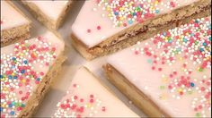 Det er hurtigt og nemt at bage sine egne hindbærsnitter. Og de smager fantastisk her i Mette Blomsterbergs opskrift, som børnene også kan være med til at lave.