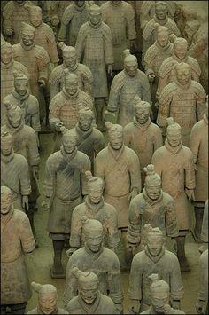 L'armée de terre cuite de l'empereur chinois Qin (IIIème siècle avant JC ? ) - L'exhumation en 1974 de 6 000 guerriers et chevaux en terre cuite, grandeur nature, dans la banlieue de Xi'an (nord-ouest de la Chine), est considérée par de nombreux archéologues comme l'une des découvertes les plus spectaculaires du dernier siècle.