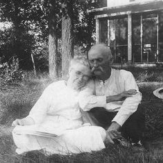 to have that long-lasting love that looks just like this when we are old.yeah, this is what true love looks like. Older Couples, Couples In Love, Happy Together, Vieux Couples, Grow Old With Me, Growing Old Together, Old Love, Old Couple In Love, Sweet Couple