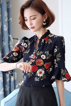 Floral print V neck pull over mid sleeve shirt blouse Blouse And Skirt, Blouse Outfit, Blouse Styles, Blouse Designs, Sewing Blouses, Button Shirts, Business Casual Outfits, Outdoor Outfit, Urban Fashion