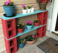 Scaffali da esterno per i vasi di fiori.