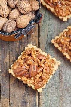 Délices d'Orient: almond and caramel nu tarts. The tant por tant in cream recipe refers to equal parts of almond meal and icing sugar. Almond Recipes, Cream Recipes, Balanced Meals, Eid, Caramel, Apple Pie, Icing, Cereal, Food Photography