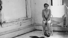 A treinta años de su muerte – siendo una prometedora y jovencísima fotógrafa-, un recorrido por las perturbadas y singularmente cercanas imágenes de Francesca Woodman.