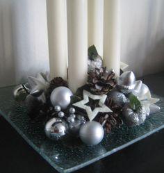 Adventní svícen stříbrný Adventní svícen na skleněném tácku o rozměrech cca 20x20cm. Slouží jako dekorace.