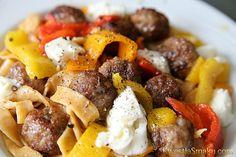 Makaron domowy z kulkami z wołowiny, papryką i mozzarellą. Przepis i zdjęcia makaronu własnej produkcji.