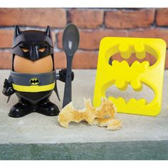 Enjoy breakfast fit for a superhero with the Batman Egg Cup & Toast Cutter Set. The set includes a plastic egg cup, egg topper, spoon and Batman symbol toast cutter. We're sure that Alfred, Bruce Wayne's ever-reliable butler, would never Logo Batman, I Am Batman, Batman Robin, Dc Comics, Gadget Gifts, Geek Gifts, Tostadas, Dark Knight, Novelty Egg Cups