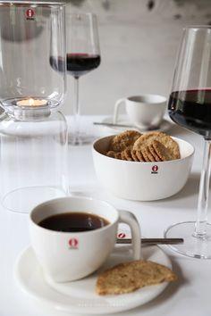Iittala, Lantern-lyhty, Essence-viinilasit, Ego-kahvikupit. Via Vaaleanpunaisessa hirsitalossa.