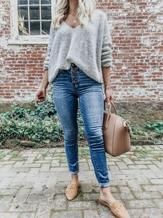 The grey sweater is a wardrobe staple as it can be worn in dozens of different ways. Check out some super stunning grey sweater outfits, both casual and dressy. Sweater And Jeans Outfit, Sweaters And Jeans, Fall Sweaters, Gray Sweater, Faded Jeans Outfit, Cute Sweater Outfits, Dress Up Jeans, Mode Outfits, Jean Outfits