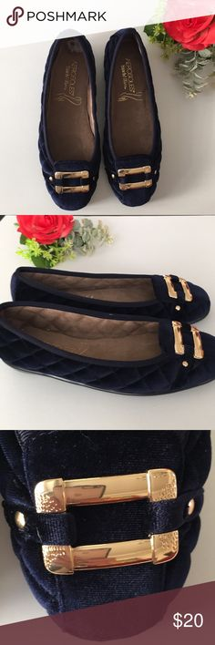 Aerosoles Navy Velvet Quilted Flats 6.5 New Very cute dark navy velvet quilted flats from Aerosoles StitchNTurn line, size 6.5 Medium These feature soft gold colored hardware at toes and a luxurious quilted fabric upper.  Flexible man made sole and cushioned insole  Heel measures approximately half an inch These were store display shoes and have a small style number written in silver pen on one bottom sole  Remnants of a size sticker remain on one inner sole Otherwise these are new and…