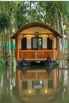 6 Weird, Wild, and Wonderful Airbnb Vacation Rentals In India Pontoon Houseboat, Houseboat Living, Pontoon Boat, Shanty Boat, Boat Design, Yacht Design, Cabin Tent, Water House, Gnome House