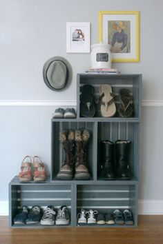 to make a bookshelf Milk crate furniture ideas - mudroom solution until we actually get a mudroom?Milk crate furniture ideas - mudroom solution until we actually get a mudroom? Milk Crate Furniture, Pallet Furniture, Furniture Ideas, Milk Crate Bench, Milk Crate Shelves, Furniture Storage, Milk Crate Storage, Refurbishing Furniture, Modular Furniture