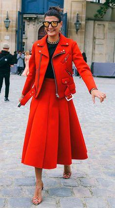 Street style look com jaqueta e saia vermelho.