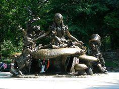 Alice in Wonderland est une grande sculpture en bronze située à l'est de Central Park, au niveau de East 75st Street.