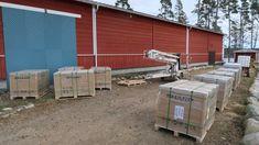 De 164 solpanelerna är fortfarande inpacketerade på lastpallar men snart är de redo att lyftas upp på taket.