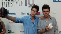En los #premioslifestyle con #photoflyer #instaxmini8 black and white y los #gemeliers