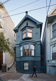 design exterior paint Janus House by Kennerly Architecture & Planning Janus House in San Francisco von Kennerly Architecture & Planning über. Victorian Architecture, Architecture Plan, Architecture Details, Modern Victorian, Victorian Homes, Victorian Decor, Exterior Paint, Exterior Design, Facade Design