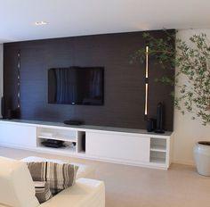 Sala de TV painel em madeira imbuia balizadores Dream Home Design, My Dream Home, House Design, Tv Panel, Tv Stands, Entertainment Center, Console, Tables, Lounge